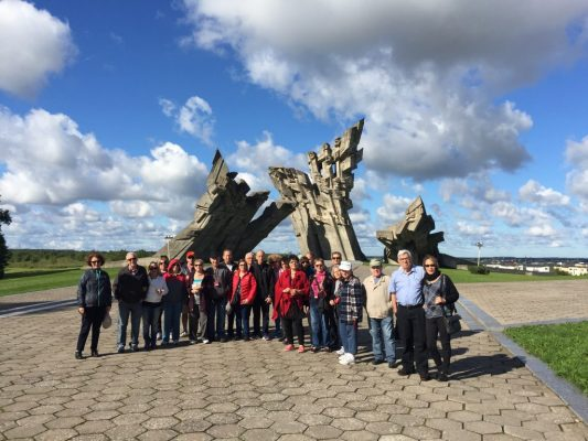 אנדרטה בפורט 9 וקבוצת מטיילים