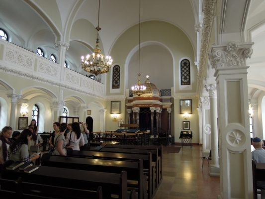 inside decorations and furniture of the Warsaw Nozyk Synagogue