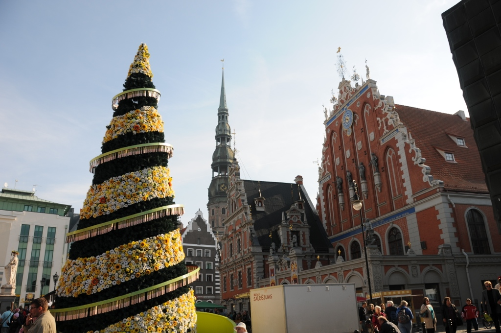 Chtistmas tree decorated with flowers in front of Riga Blackheads building