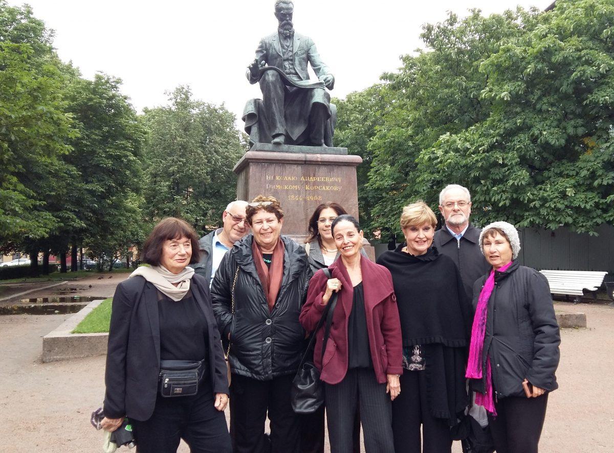 קבוצת התיירים ליד אנדרטה של רימסקי-קורסקוב