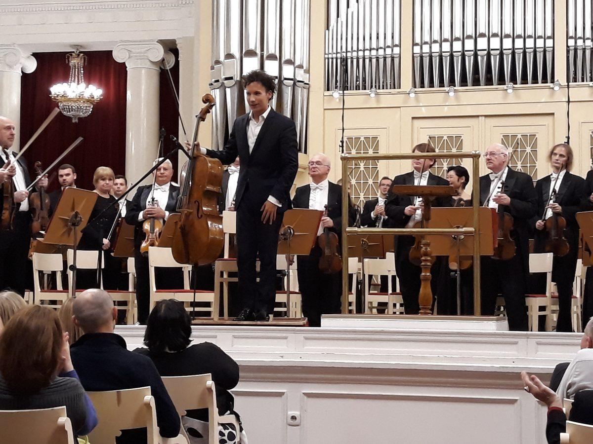 תזמורת הפילהרמונית של סנט פטרבורג מכאות כפיים לצ'לן צרפתי אדגר מורו ול