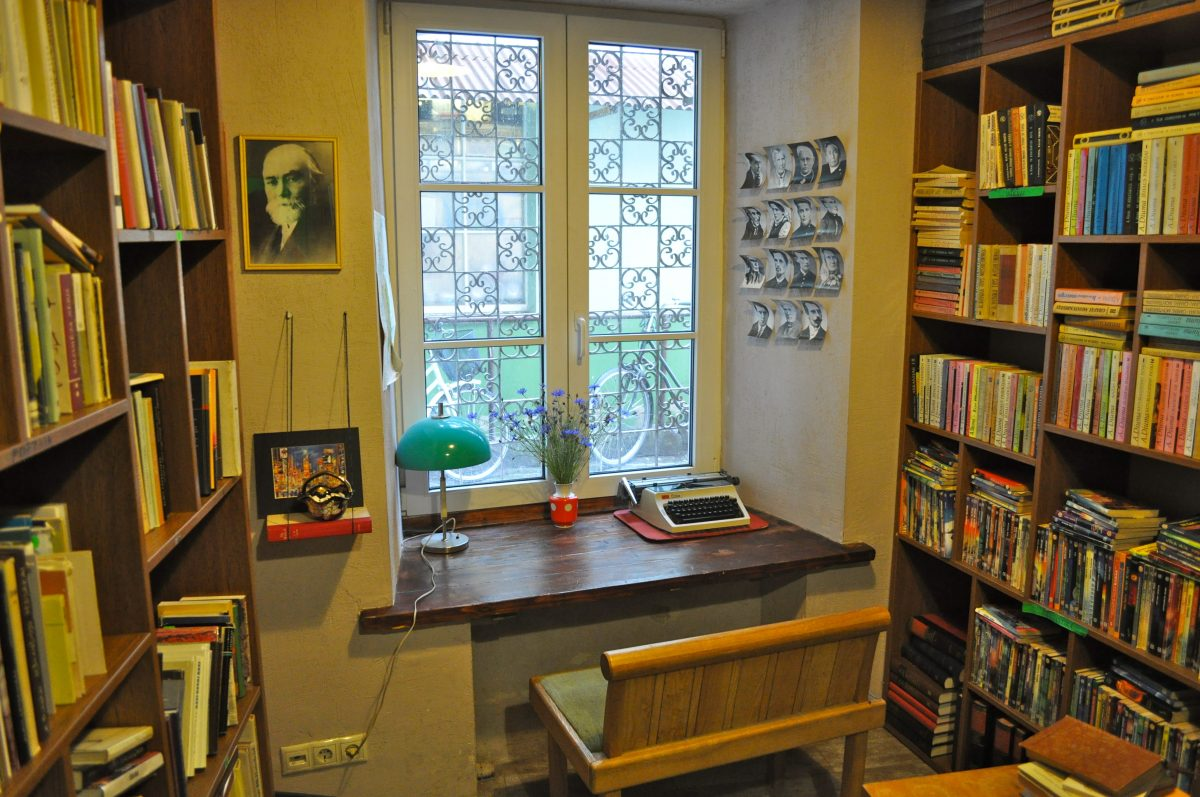 Retro table and books in Bookshop & Cafe Mint Vinetu